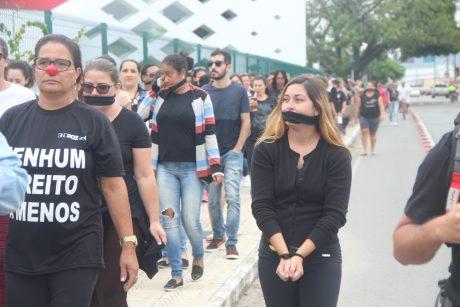 """Novo local e """"cortejo"""" dão visibilidade ao movimento de greve em Navegantes"""