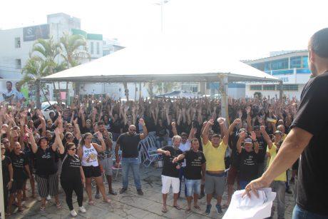 Servidores de Navegantes mantêm greve na praça em frente a Prefeitura