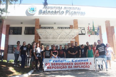 Servidores de Balneário Piçarras se reúnem em frente a prefeitura para manifestação por reajuste salarial