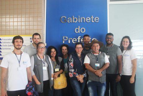 Prefeito de Itajaí sanciona lei que reajusta e equivale salários dos ACE e ACS