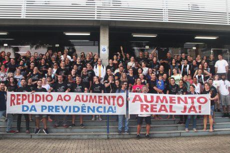 Servidores de Itajaí realizam manifestação em frente a Prefeitura